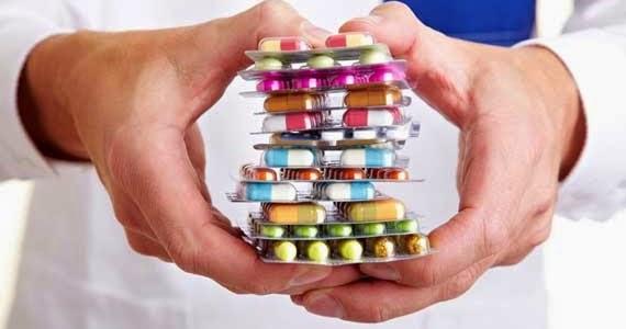 Diferentes pastillas en mano