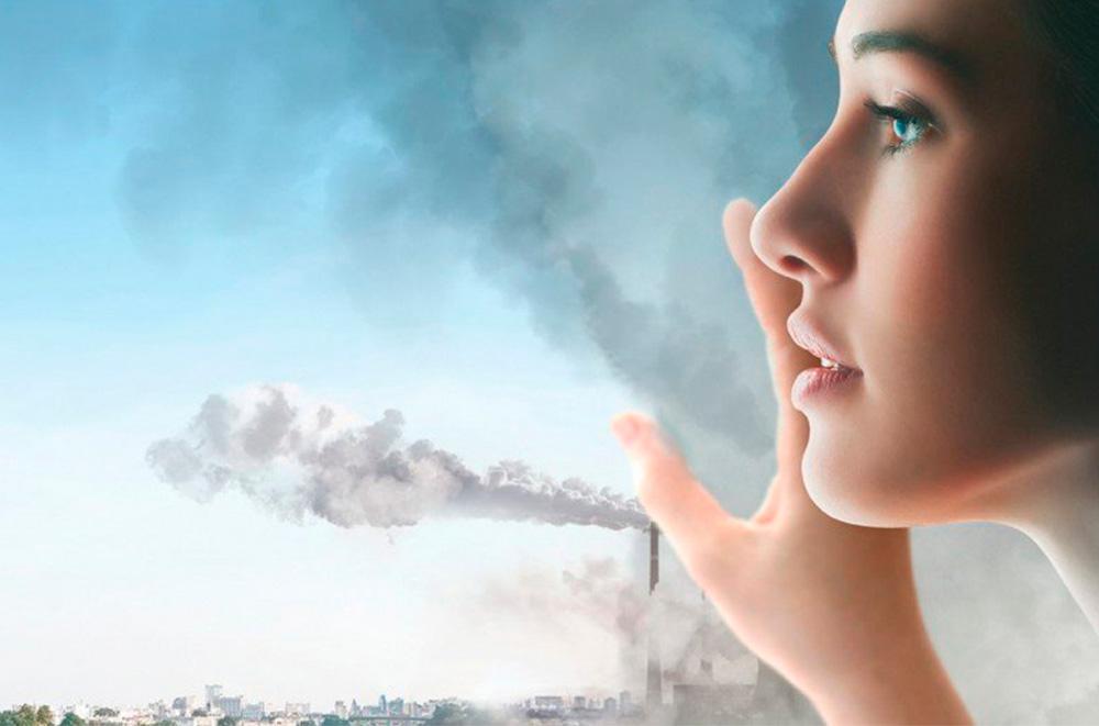 Chica observando la contaminación
