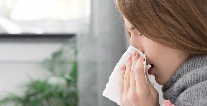 Chica con pañuelo en su nariz