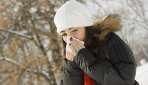 chica con gripe en fondo de invierno