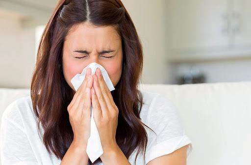 Mujer joven con congestión nasal