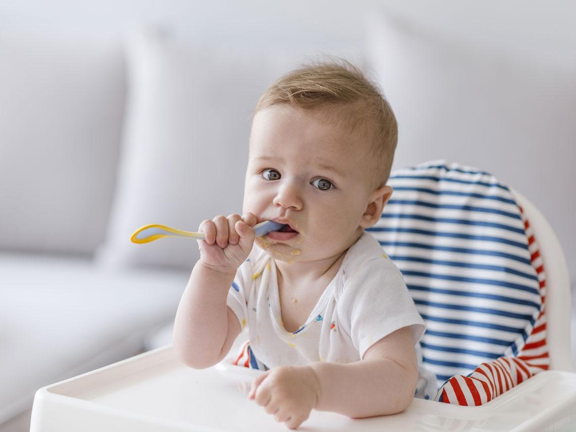 Bebé se chupa una cuchara