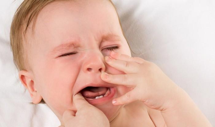 Bebé con comezón en sus encías