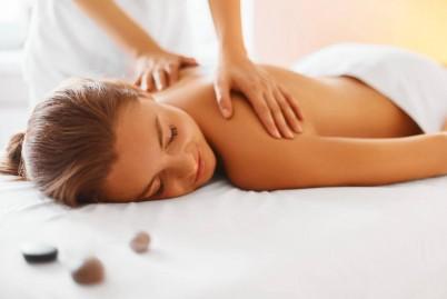 Persona recibiendo masaje relajante