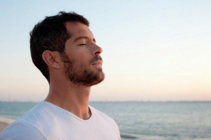 Hombre respirando en el mar