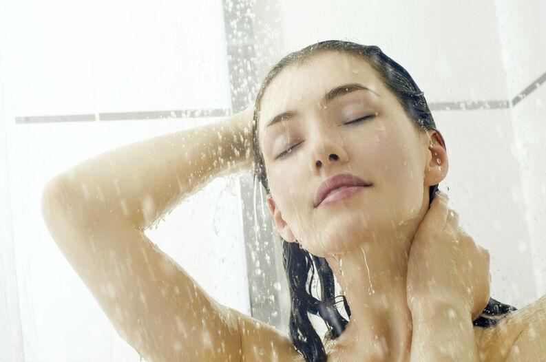 Chica tomando un baño