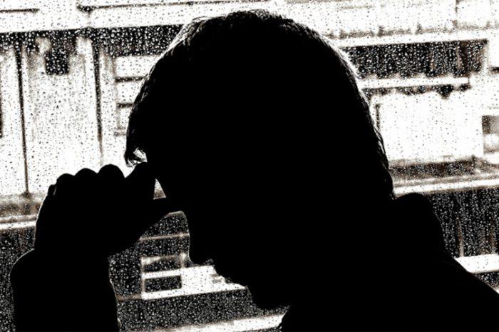 Hombre triste en ventana