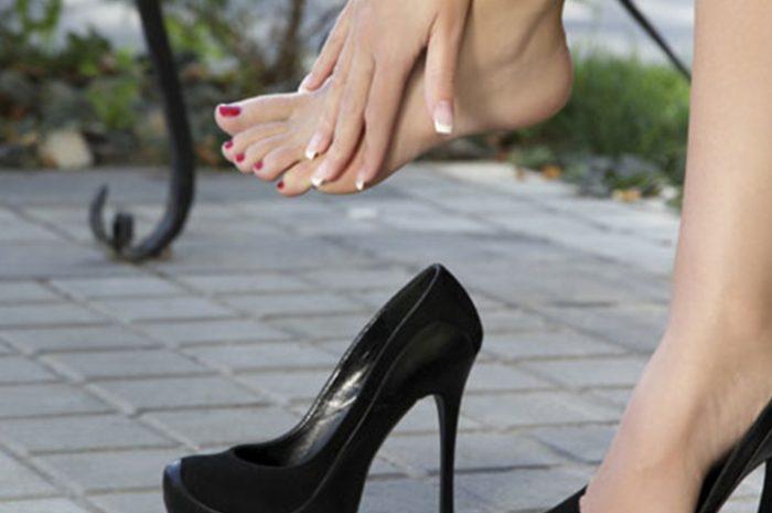 Mujer con tacones negros