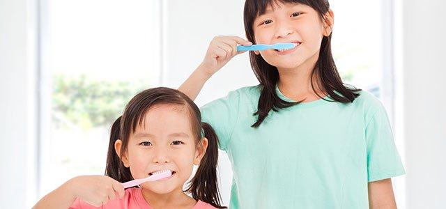 Niñas cepillándose los dientes