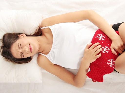 Chica con almohadilla térmica