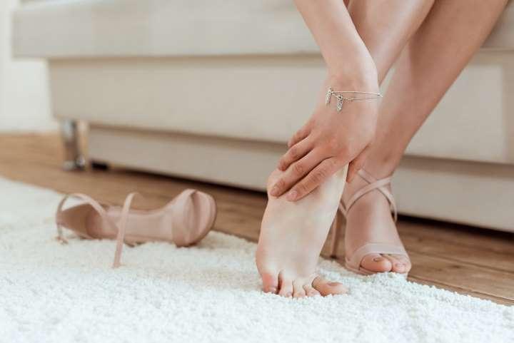 Mujer con pies descalzos
