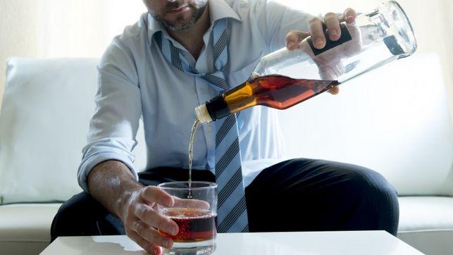 Señor con problemas de alcoholismo