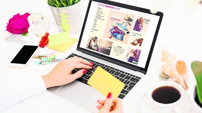 Chica aprendiendo a cómo comparar precios en línea