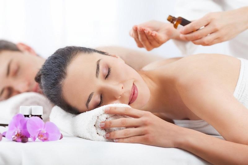 Chica recibiendo un masaje con aceite corporal