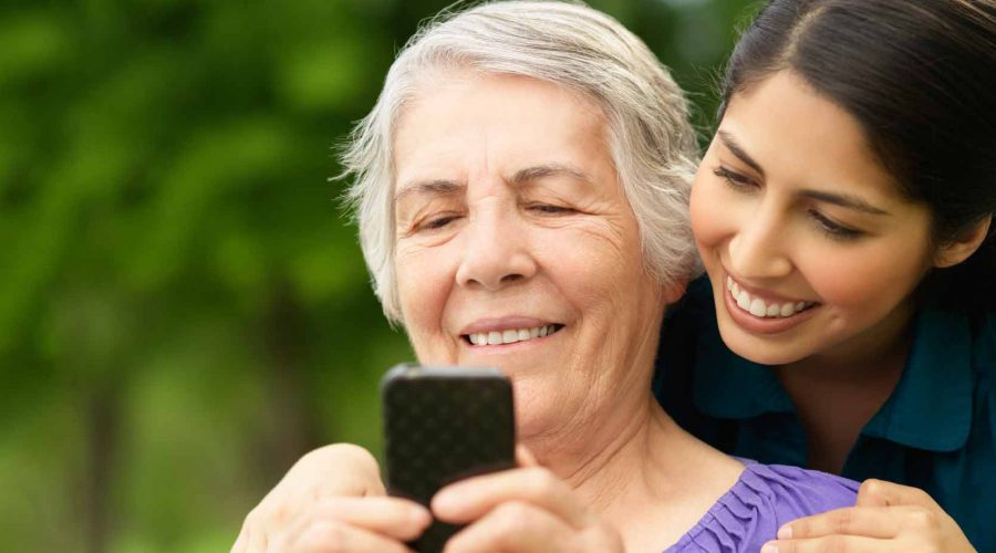 Mujer adulta con su celular