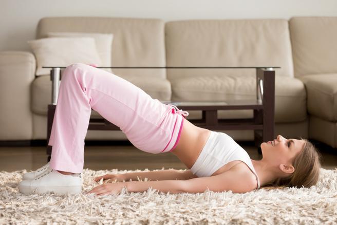 Chica haciendo ejercicios de Kegel en casa