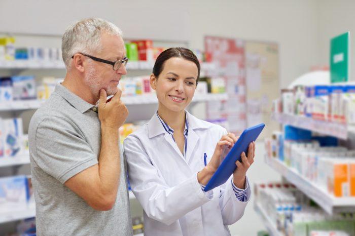 Personas en una farmacia