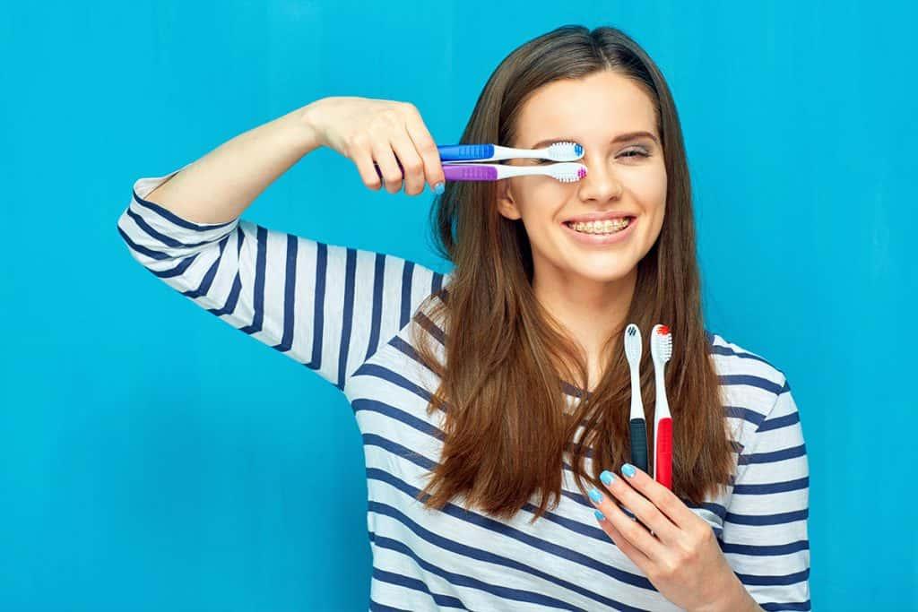 Chica con cepillos de dientes