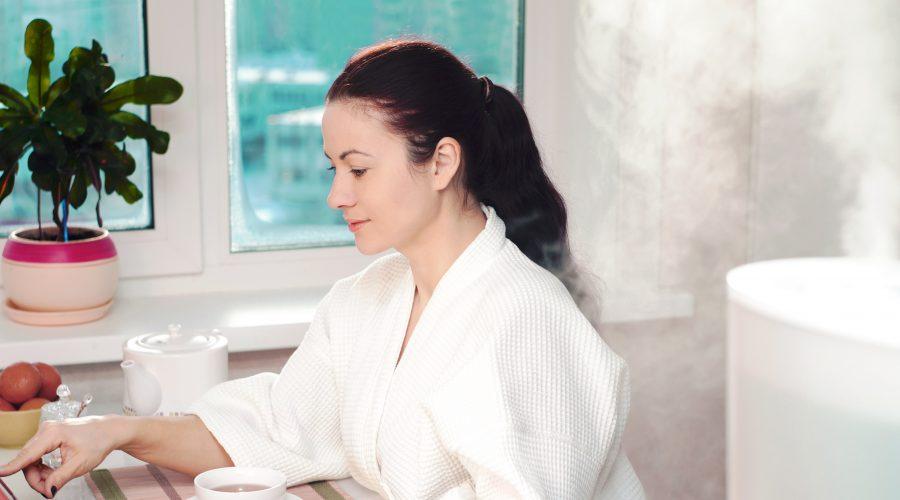 Chica usando un humidificador en su casa