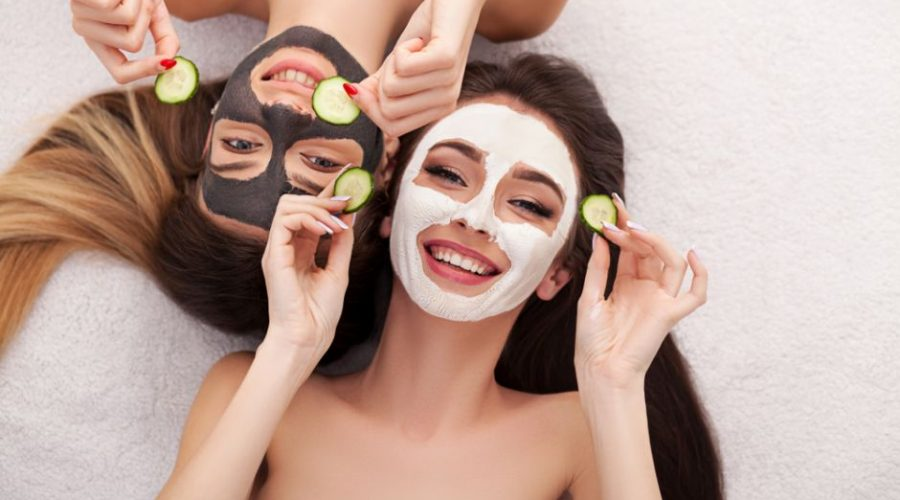 Chicas con mascarillas faciales