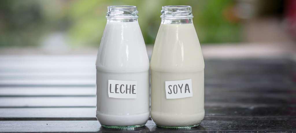 Envases de vidrio con leche y letreros