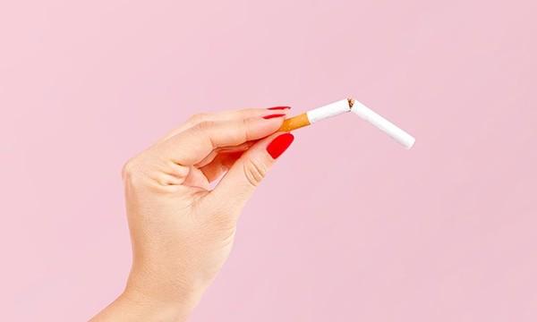 Mano con cigarro roto