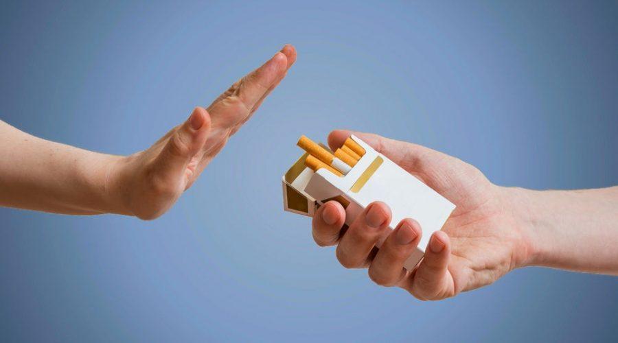 Persona dejando de fumar