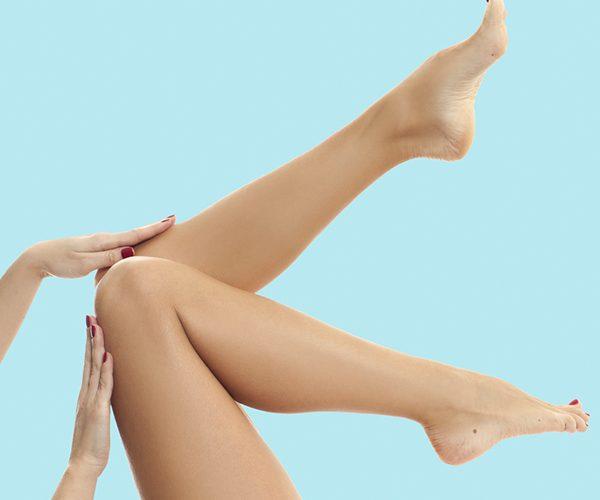 Chica con sus piernas elevadas