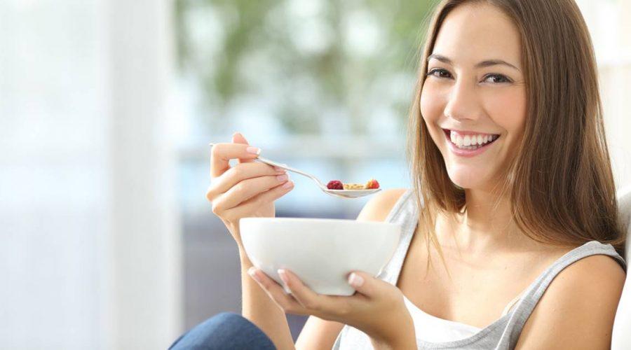 Mujer comiendo sin estrés