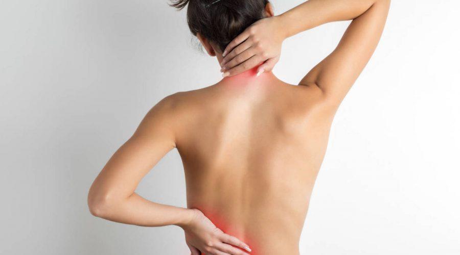 Chica con dolores musculares en su cuerpo