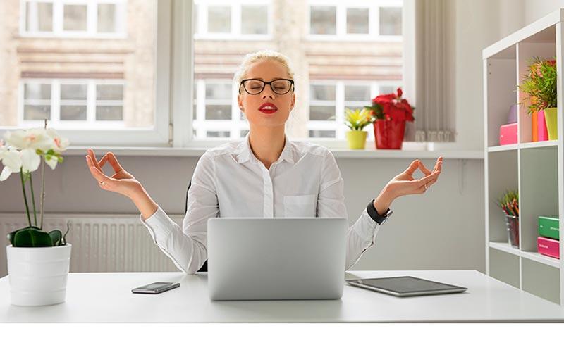 Chica aprendiendo aliviar el estrés