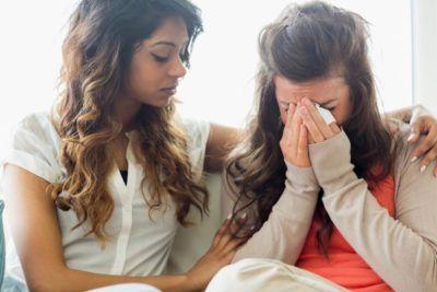 Chicas platicando entre sí y llorando
