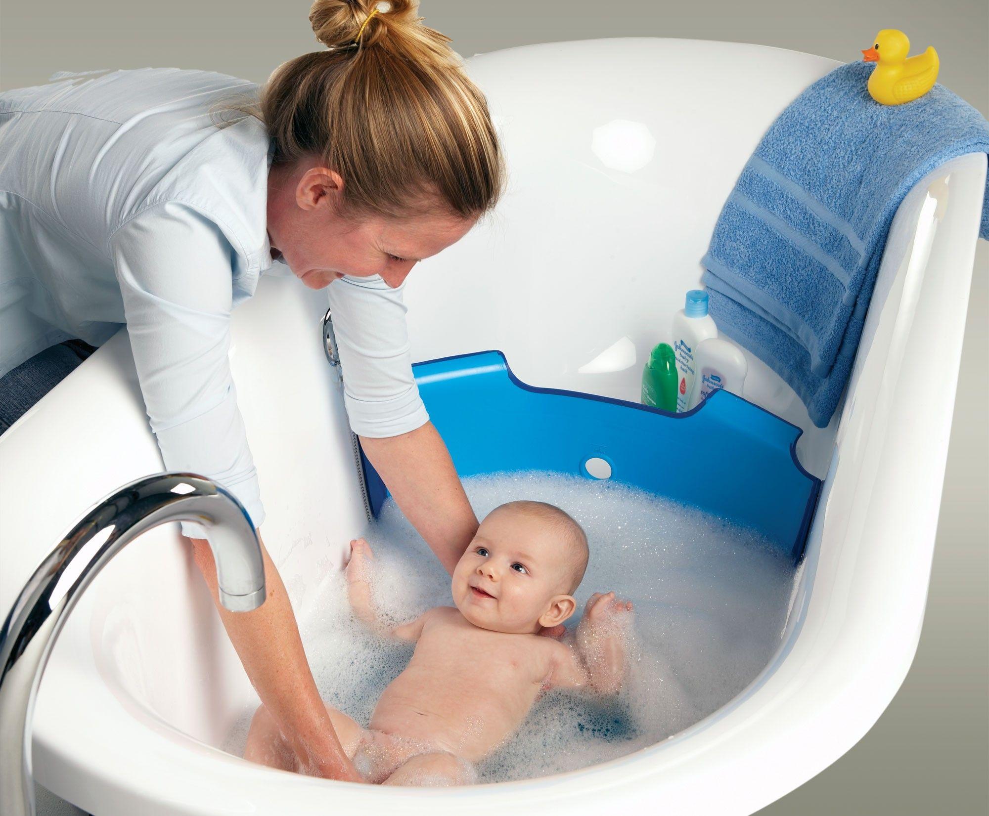 Mamá bañando a su bebé