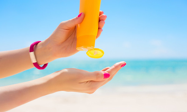 Manos de mujer con protector solar