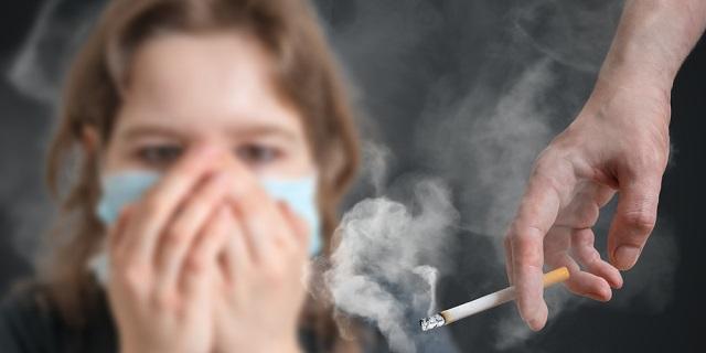 el coronavirus y el humo del cigarro